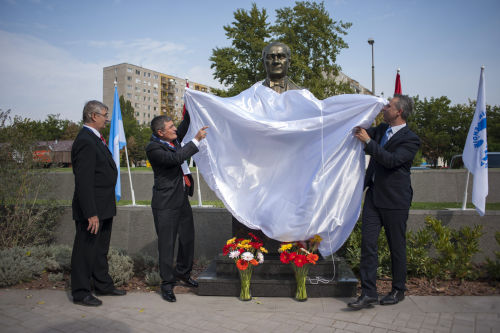 Turkish and Hungarian politicians unveiling the statue of Kema Ataturk
