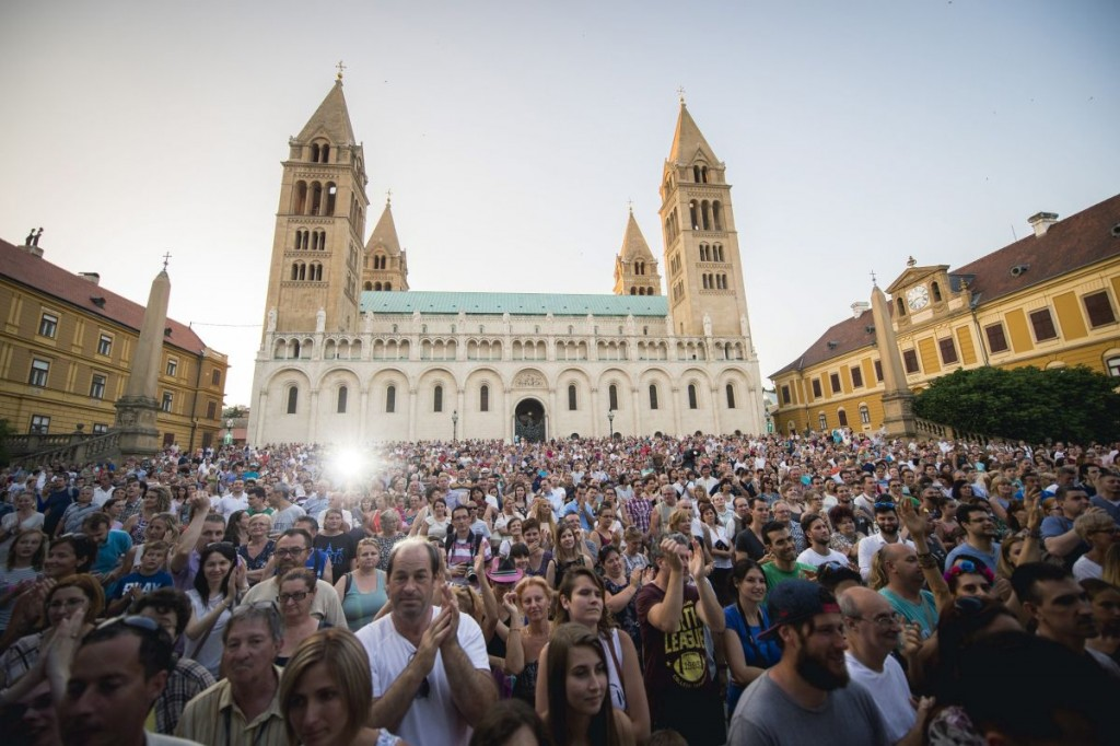 A great number of people turned up at Natalie Imbruglia's concert