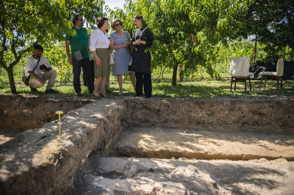Erika Hancz archeologist (right) is showing Mediha Nami Osmanoglu de Fernandez (second from right ) and Kenizé Mourad (third from right) the excavations.