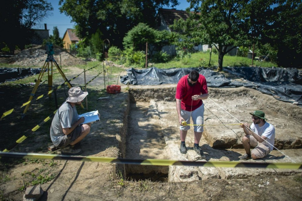 Archeologists are working on the excavation site near Szigetvár