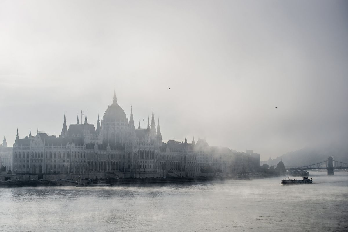 The foggy Parliament in Budapest (Photo: Zoltán Balogh)