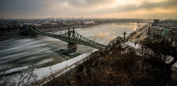 The icy Danube and Liberty Bridge in Budapest (Photo:  Zoltán Balogh)