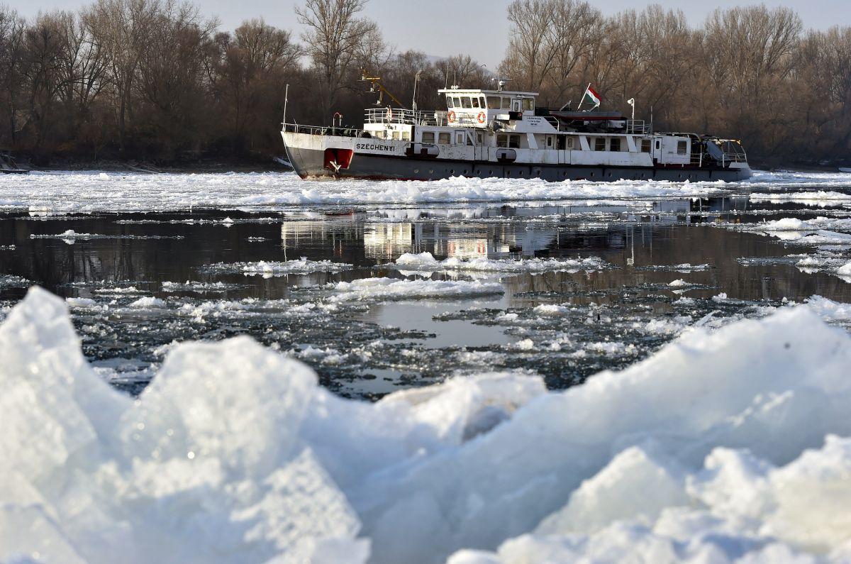 Icebreaker ship on the river Danube (Photo: Zoltán Máthé)