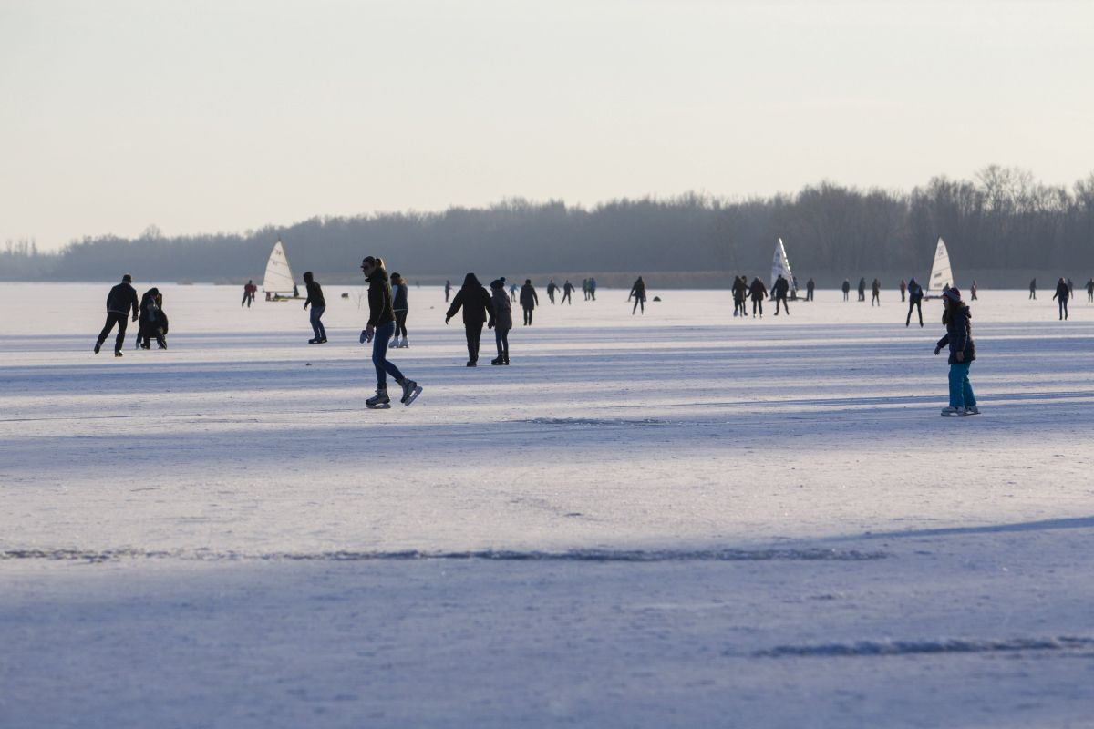 Keszthely, 2017. január 15. Korcsolyázók a Ice skating on the frozen Lake Balaton at the town of Keszthely (Photo Gyorgy Varga) György