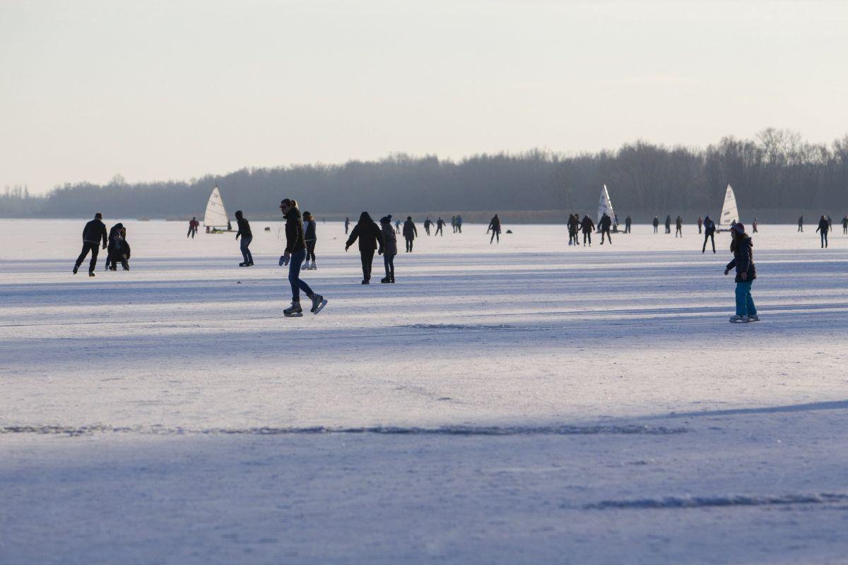 Keszthely, 2017. január 15. Korcsolyázók a Ice skating on the frozen Lake Balaton at the town of Keszthely (Photo Gyorgy Varga) György