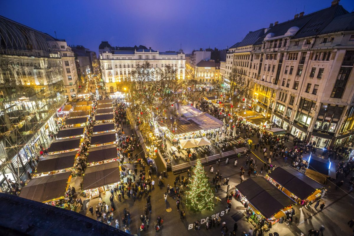 Christmas fair in Vörösmarty Square, Budapest (Photo: Balázs Mohai)