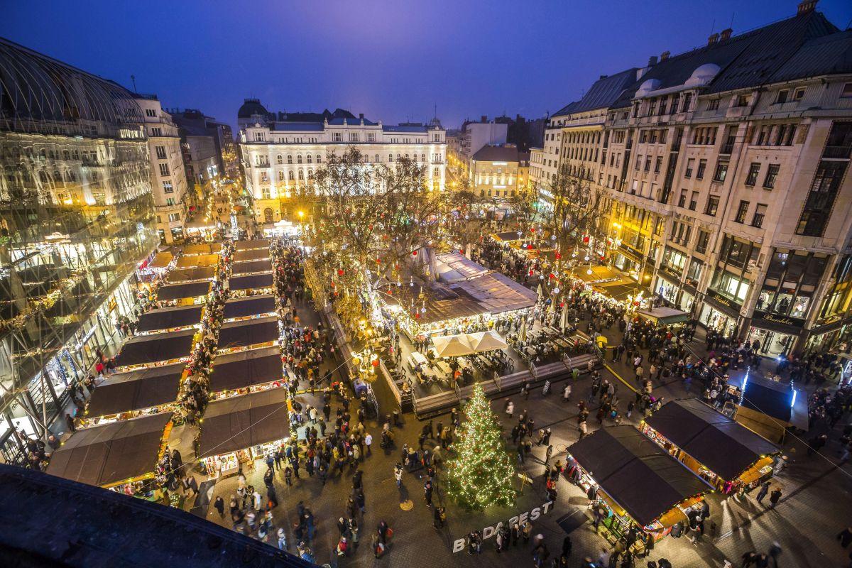 Christmas fair in Vörösmarty Square, Budapest (Photo: Balázs Mohai)